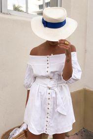 Col bardot, ceinture à grosse boucle et chapeau